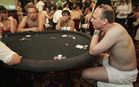 Nude goth jugando a las cartas